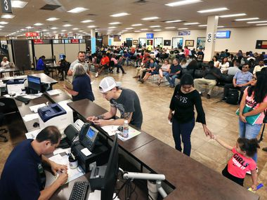 Gente siendo atendida para renovar sus licencias de manejo en el Mega Center de Carrollton del Department of Public Safety.