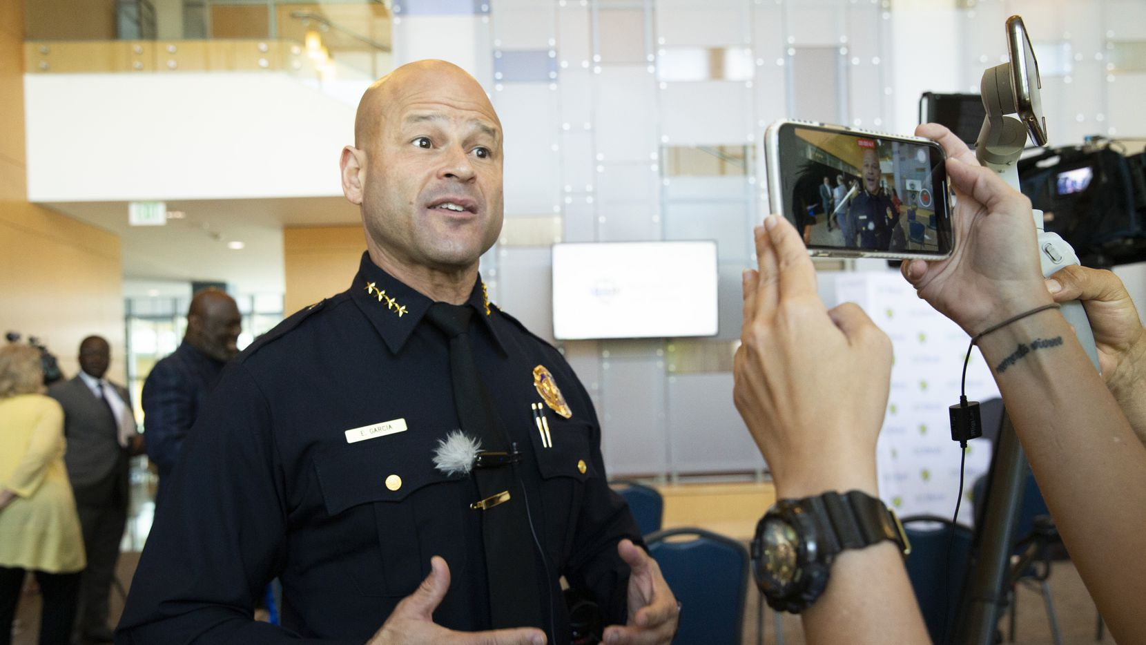 El jefe de policía Eddie García habla con reporteros sobre el programa ABLE, que busca que los policías se conviertan en observadores activos para evitar excesos de sus colegas. El programa fue presentado en UNT Dallas el jueves.