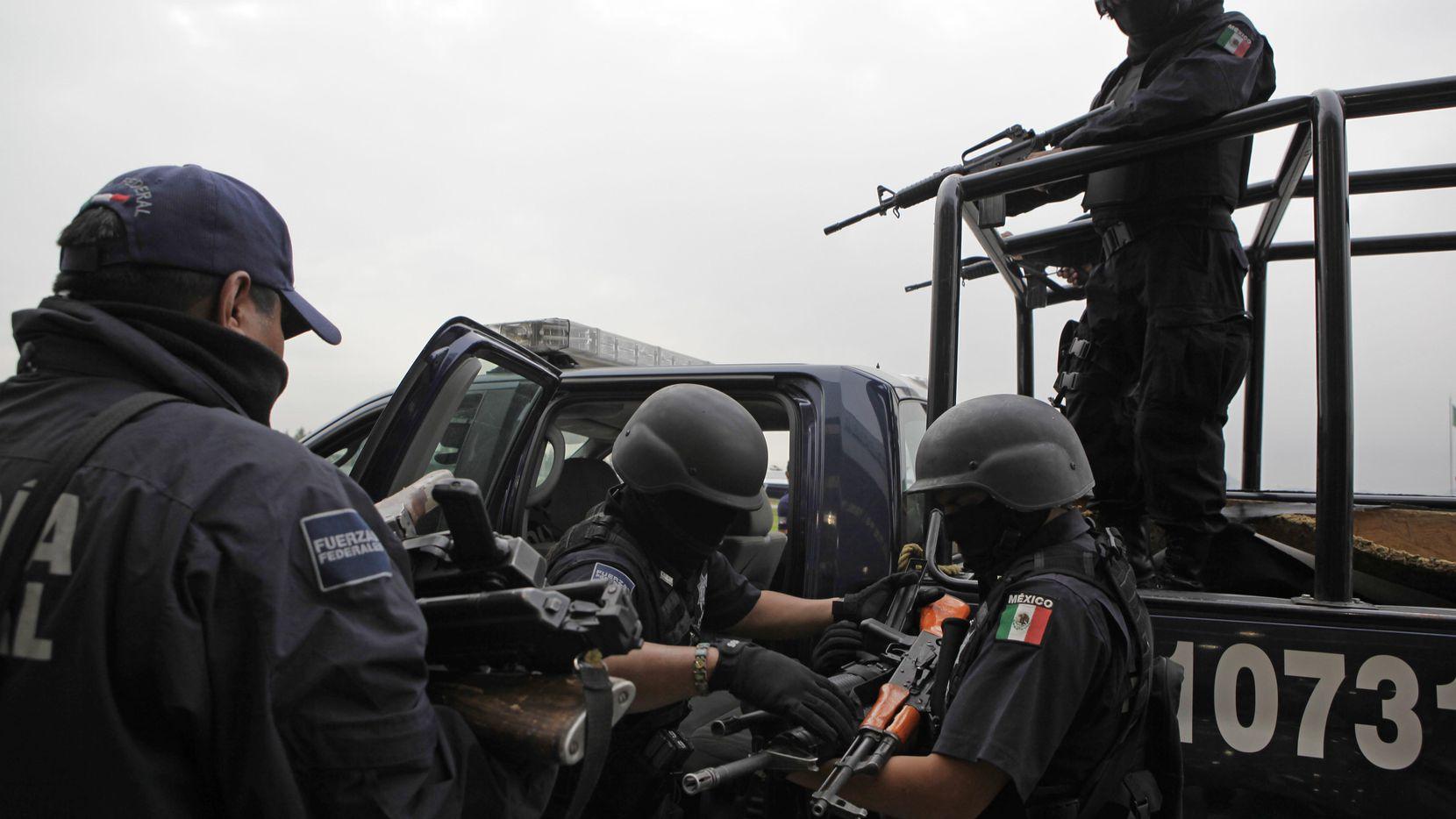 ARCHIVO – En esta fotodel 26 de junio de 2009, se recuperan armas de presuntos miembros del cartel de los hermanos Beltrán Leyva a manos de agentes federales después de una conferencia de prensa en Ciudad de México. (ASSOCIATED PRESS/MATILDE CAMPODONICO)