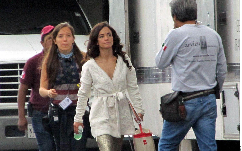 Alice Braga (de blanco) lleva el papel principal de la narcotraficante Teresa Mendoza./ AGENCIA REFORMA