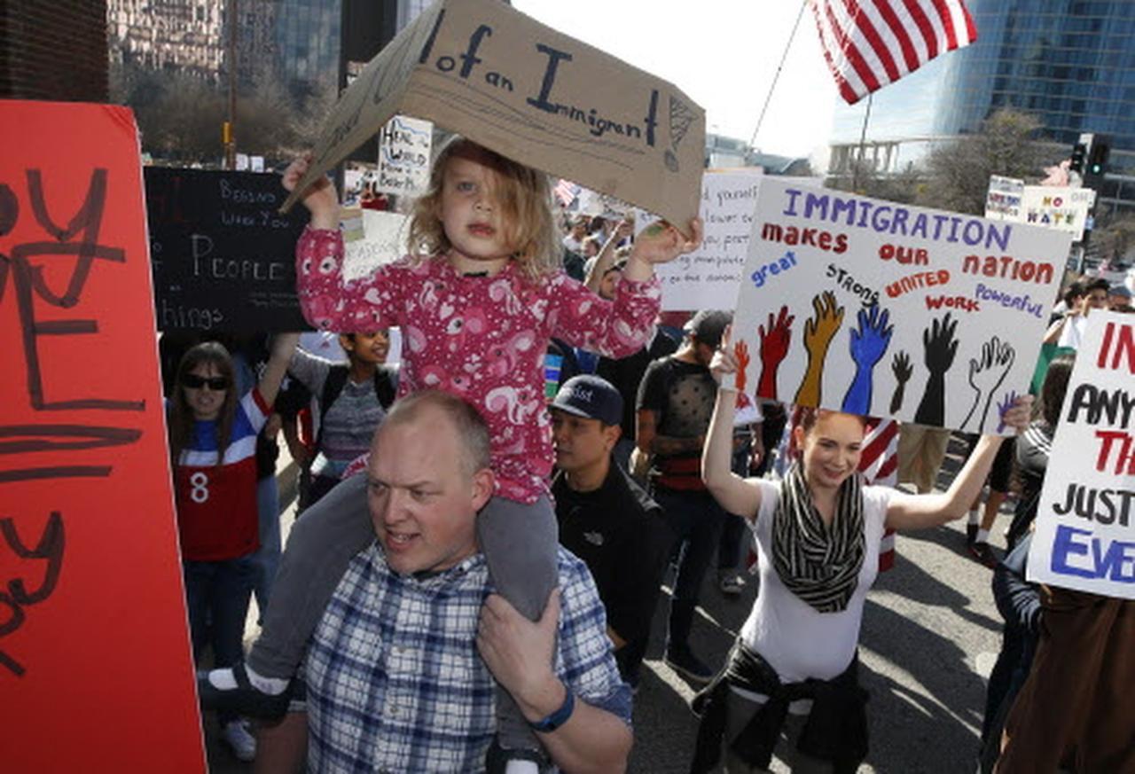 El 18 de febrero hubo una marcha por el Día de los Presidentes. Más de 1,500 personas participaron en la protesta pacífica en el centro de Dallas. (DMN/Nathan Hunsinger)