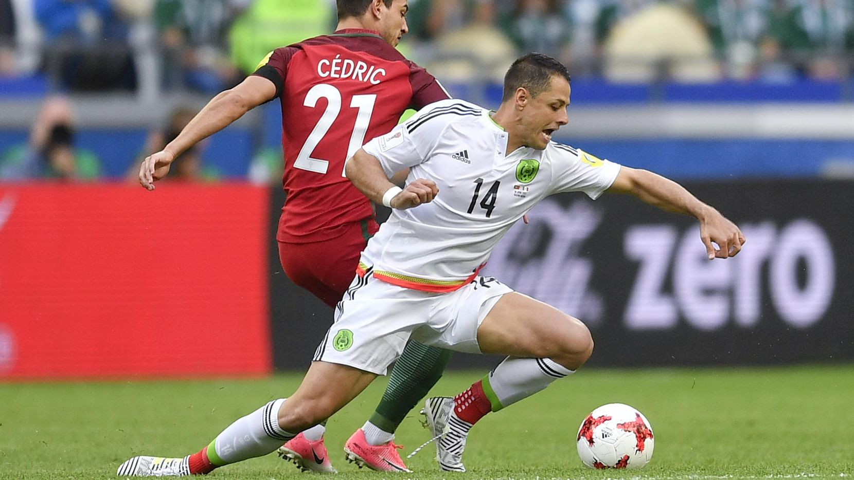 """Javier """"Chicharito"""" Hernández se recupera de leción en Mexico's Javier Hernandez, right, is challenged by Portugal's Cedric Soares during the Confederations Cup, Group A soccer match between Portugal and Mexico, at the Kazan Arena, Russia, Sunday, June 18, 2017. (AP Photo/Martin Meissner) (AP/Martin Meissner)"""