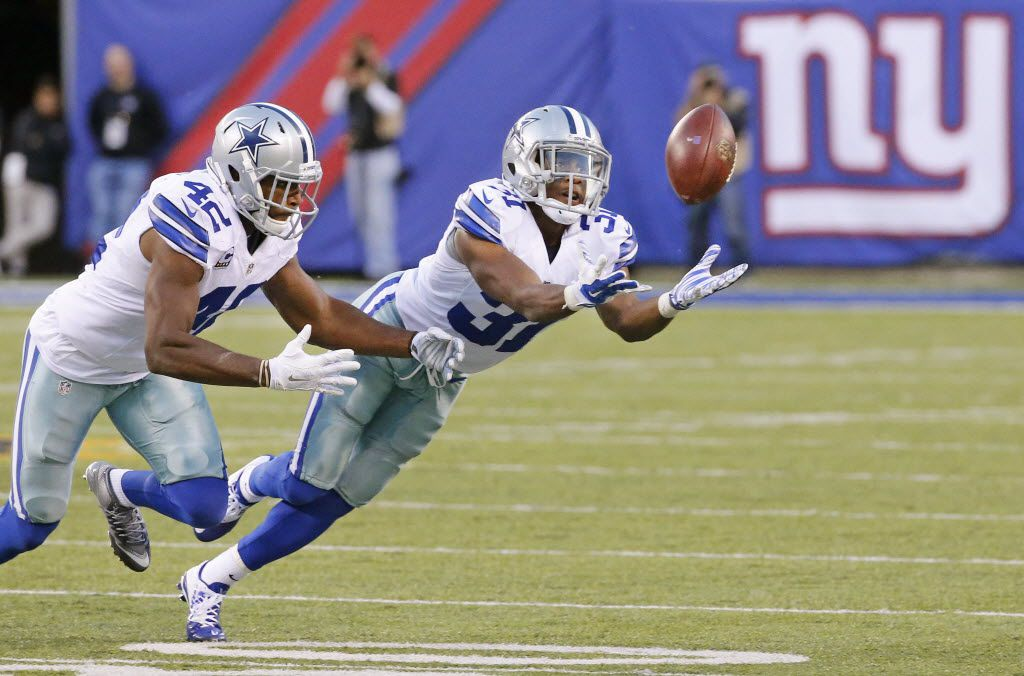 Dallas Cowboys cornerback Byron Jones (31) appears to intercept a tipped second-quarter pass, but official ruled the pass incomplete in a controversial call during the Dallas Cowboys versus the New York Giants NFL football game at MetLife Stadium in East Rutherford, NJ on Sunday, October 25, 2015. (Louis DeLuca/The Dallas Morning News)