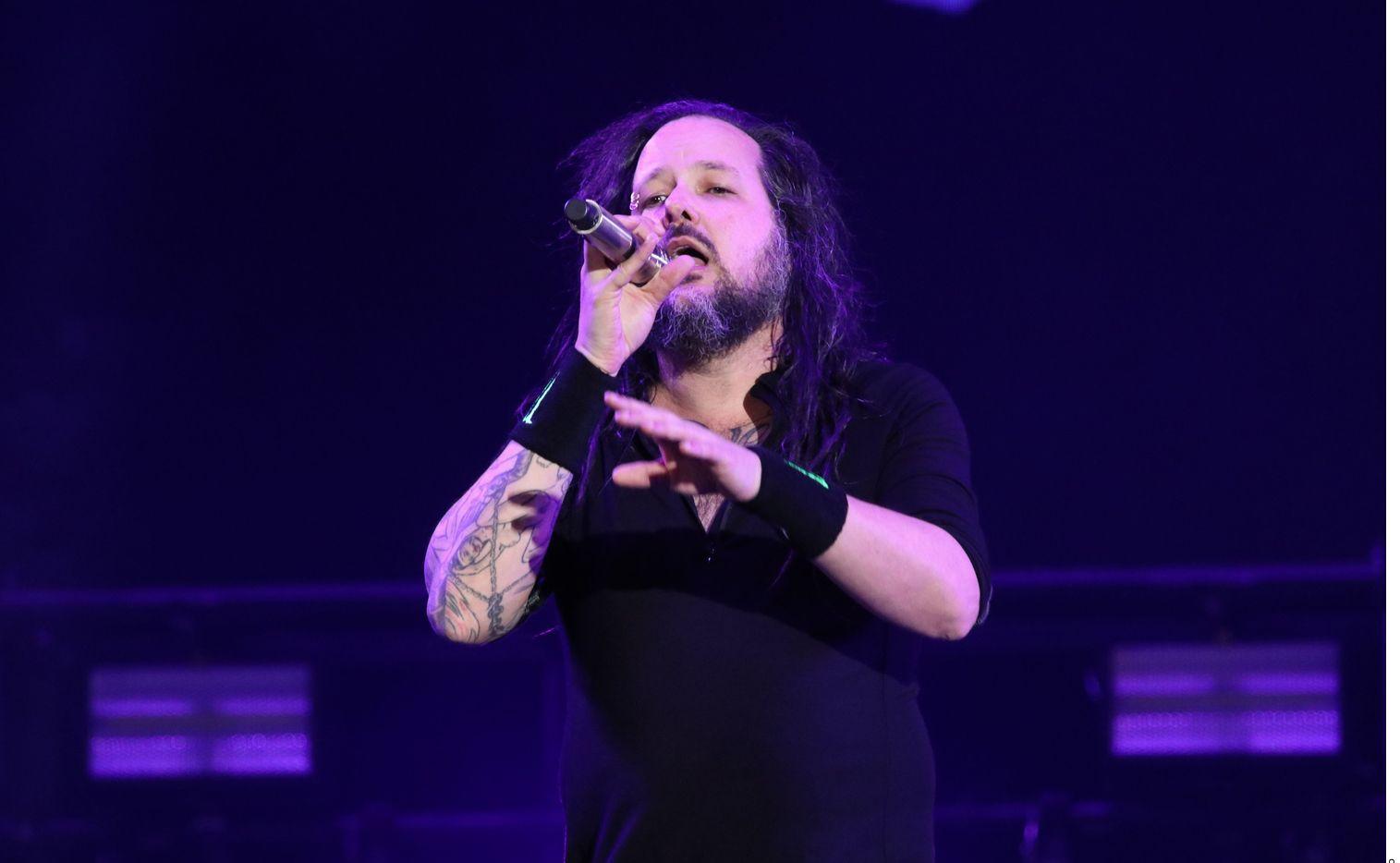 Korn, el conjunto formado en California en 1993, que ha vendido más de 40 millones de discos, anunció el contagio de su líder Jonathan Davis hace dos semanas, disculpándose porque al menos seis conciertos tendrían que ser pospuestos.