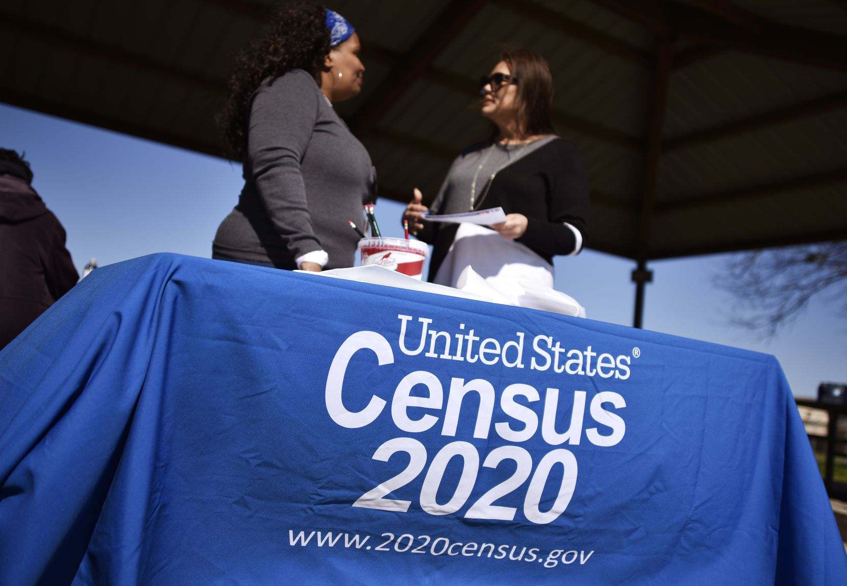 Rita Williams, izq., de la Oficina del Censo, junto Minerva Rodriguez, representante de alcance comunitario para el condado de Dallas. Ambas participaron de Census Fun Day en el parque Jaycee Zaragoza, el domingo pasado.