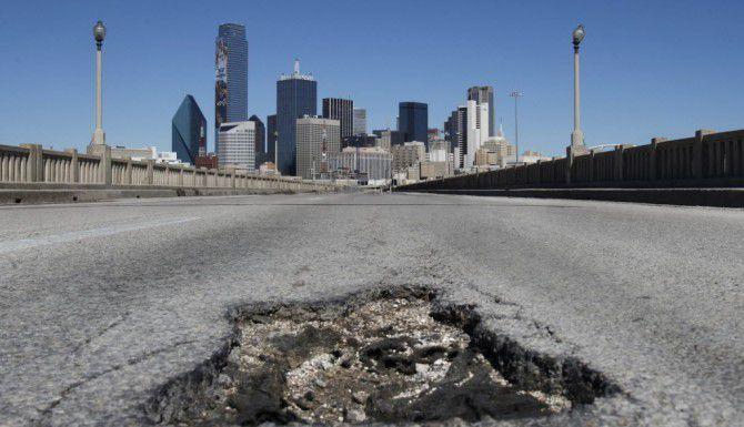 Las recientes tormentas dejaron una estela de calles y carreteras dañadas por la humedad en el área de Dallas. (DMN/G.J. McCARTHY)