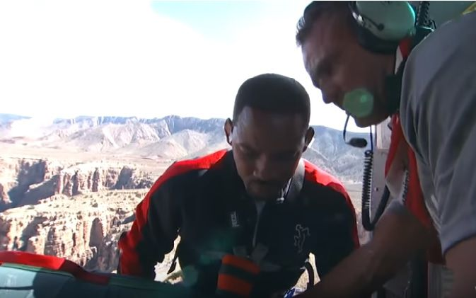 Will Smith se tiró desde un helicóptero en el Gran Cañón en bungee.  Captura de YouTube.