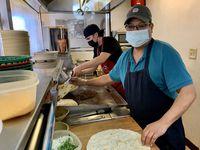 """Juan Manuel Delgado, 56, cocinero en Taco Chano's, piensa que la orden del gobernador Greg Abbott para eliminar el uso obligatorio de mascarillas es pensada en la economía y no en proteger a la gente. """"No nos queda más que ponernos en manos de Dios"""", dijo."""