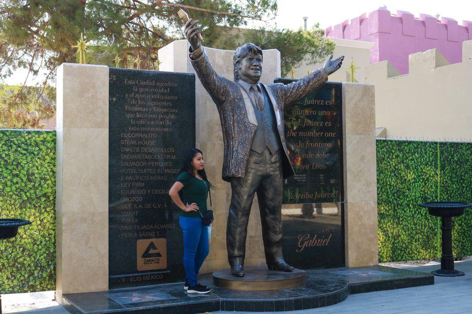 """Una escultura gigante de Juan Gabriel se encuentra en el """"Paseo Juan Gabriel"""", al lado de la casa del difunto artista en Ciudad Juárez. En la frontera se dice que si no puedes contar una historia de Juan Gabriel, no eres de Juárez."""