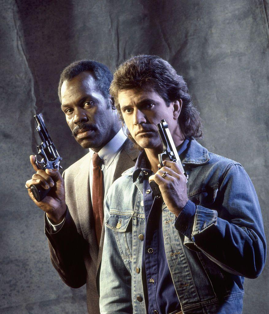 Mel Gibson y Danny Glover en una foto promocional para la cinta Lethal Weapon.