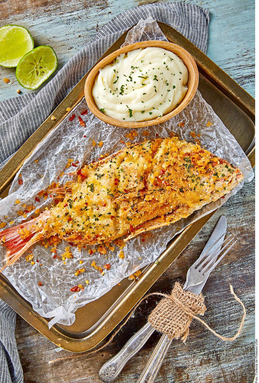El pescado frito con costra de papa, ajo y perejil lo puede lograr al enjuagar el pescado, secar con papel absorbente y sazonar con sal y pimienta. Mezclar el puré, los ajos el perejil, el peperoncino y el queso.
