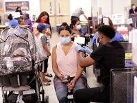 Una Mujer recibe una vacuna contra covid-19 en Samuell High School en Dallas, Texas, el 28 de junio de 2021.
