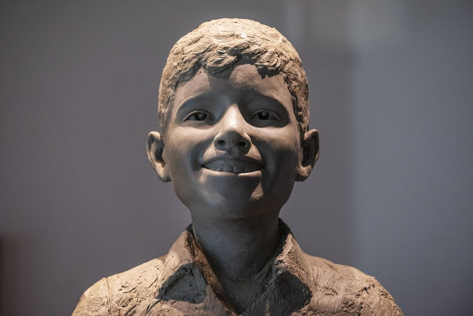 Una estatua de Santos Rodríguez de 6 pies de alto, sonriendo y mirando hacia arriba, con los brazos extendidos, llegará pronto a una fundidora de Arlington para ser vaciada en bronce.