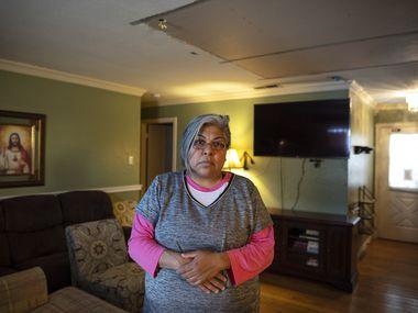 A Irasema Cantú se le derrumbó parte del techo de su sala por una tubería rota que corría por el techo. Para mitigar el daño, ella y su familia taparon el agujero de forma temporal, hasta que puedan repararlo. El presupuesto de las reparaciones por los daños a su casa es de entre $7,000 y $8,000.