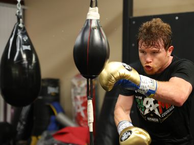 Saúl 'Canelo' Álvarez se preparó en su gimnasio de San Diego, California, para su pelea del 8 de mayo en el AT&T Stadium de Arlington.