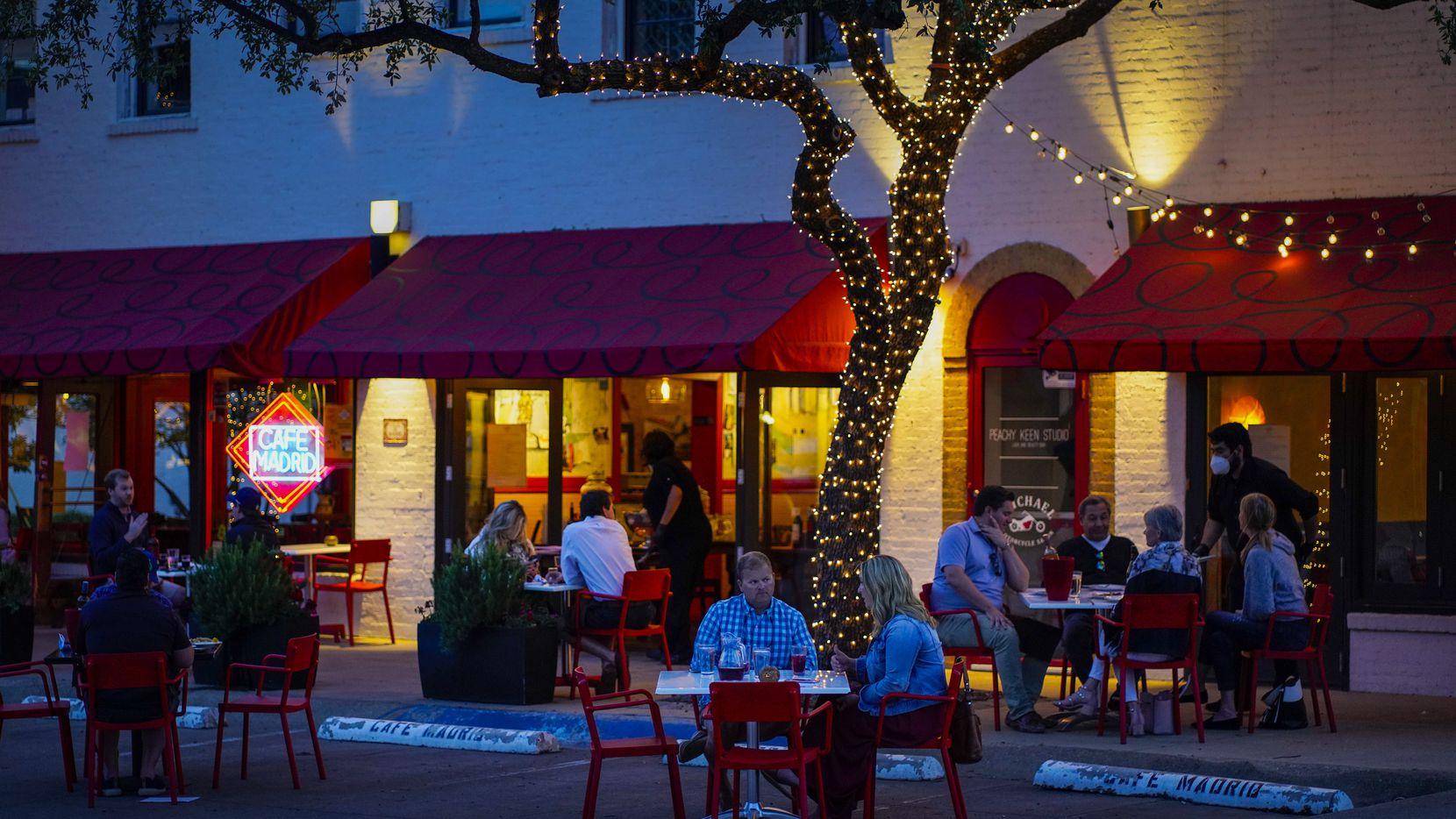 Las mesas en el Café Madrid han sido apartadas a seis pies de distancia como parte de la reapertura de los restaurantes en el Norte de Texas.