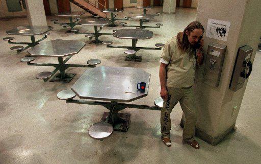 Teléfonos están disponibles en las áreas comunes de los centros de detención.