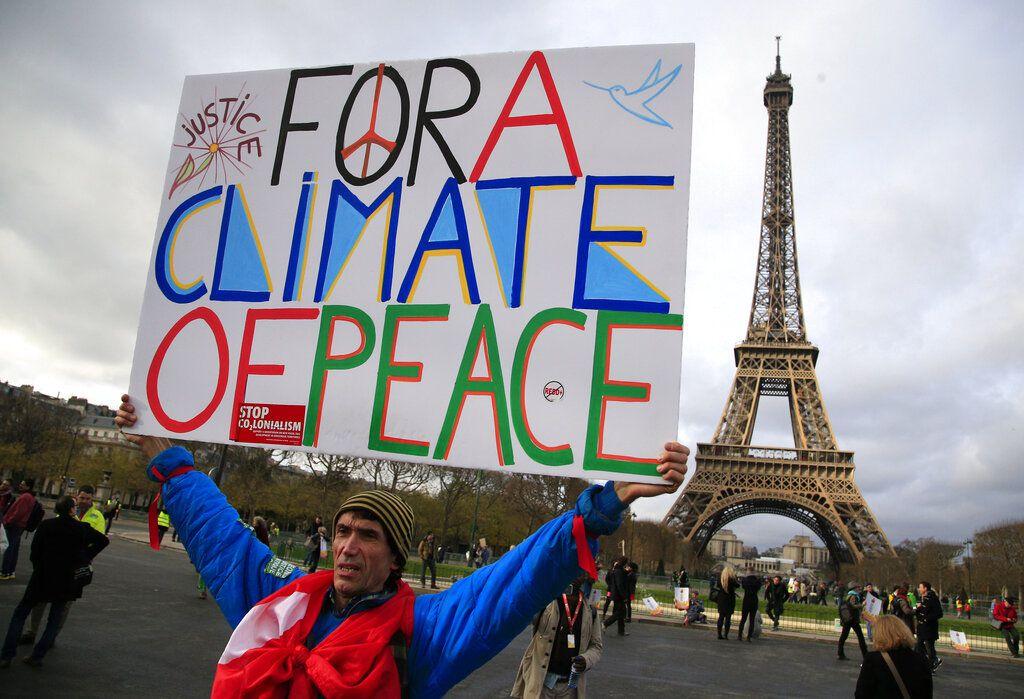 El Acuerdo de París compromete a 195 países y otros firmantes a fijar un objetivo para reducir la contaminación por carbono y reportar sus emisiones de combustibles fósiles.