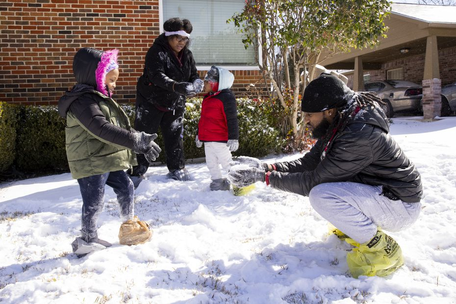 Jquaylon (right) and Jessica Mitchem (center) played with their kids outside of grandma's house in South Oak Cliff on Feb. 15, 2021. The Mitchem family, from Wilmer, came into Dallas after losing power at their home.