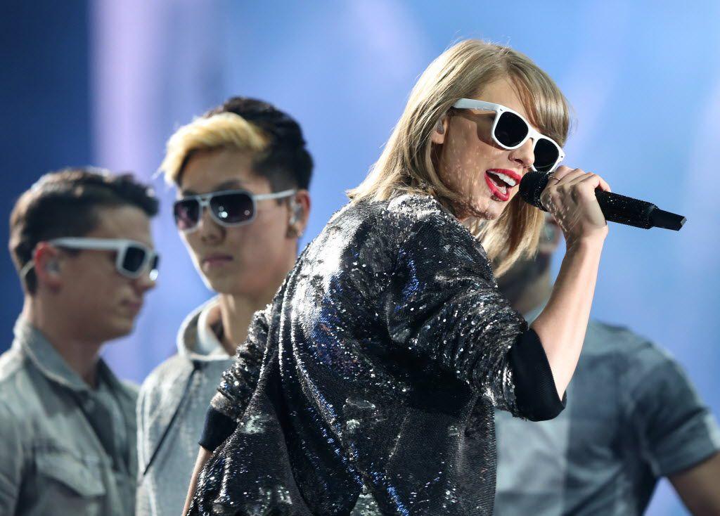 Taylor Swift at AT&T Stadium in Arlington, October 17, 2015
