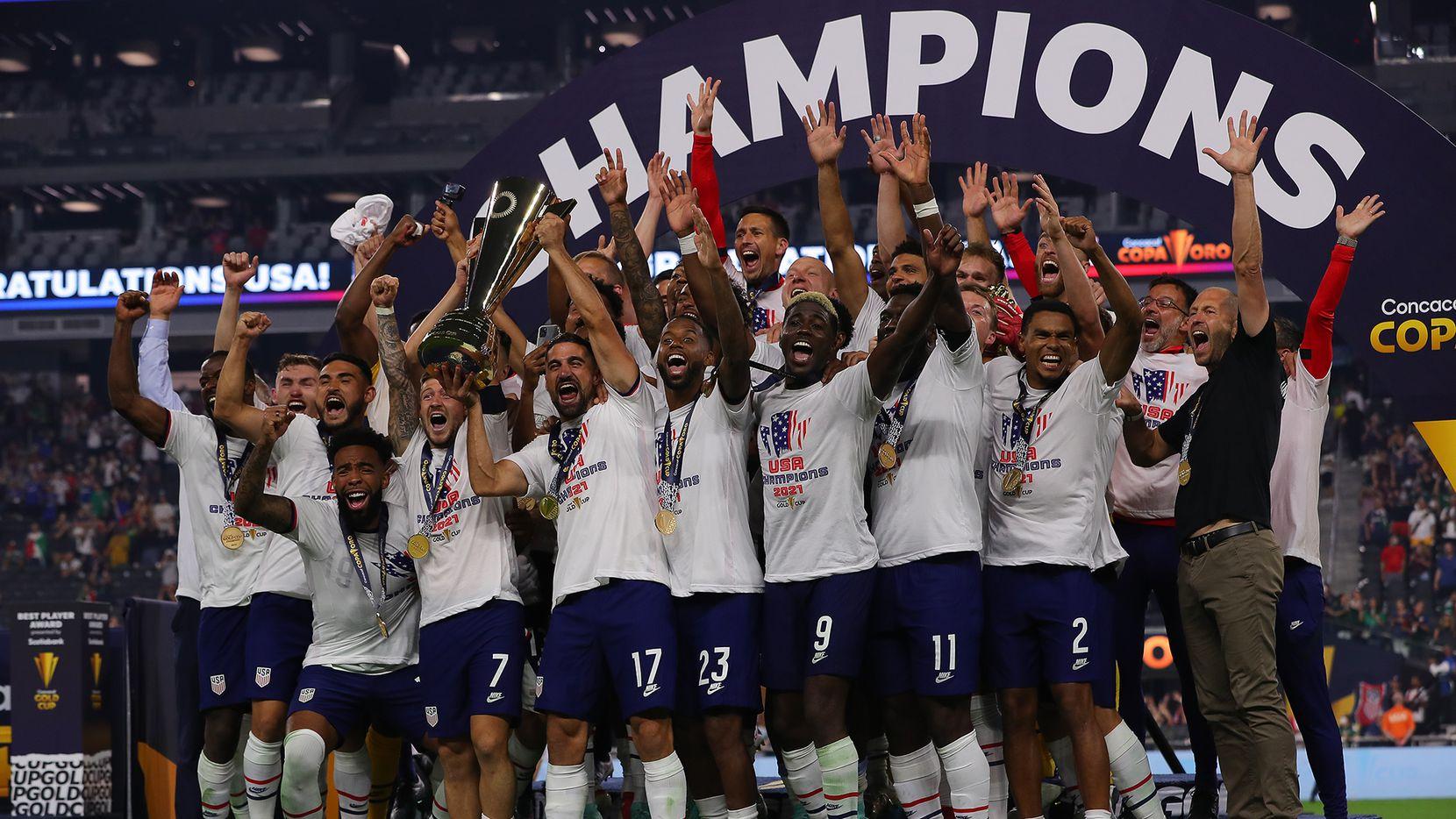 La selección de Estados Unidos celebra la conquista de la Copa Oro 2021 tras vencer a México 1-0 en tiempos extras, el 1 de agosto de 2021 en Las Vegas.