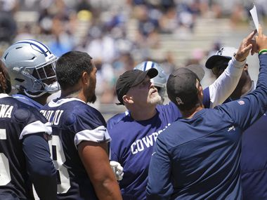 Dallas Cowboys defensive coordinator Dan Quinn points out a play during a practice at training camp on Tuesday, Aug. 3, 2021, in Oxnard, Calif.