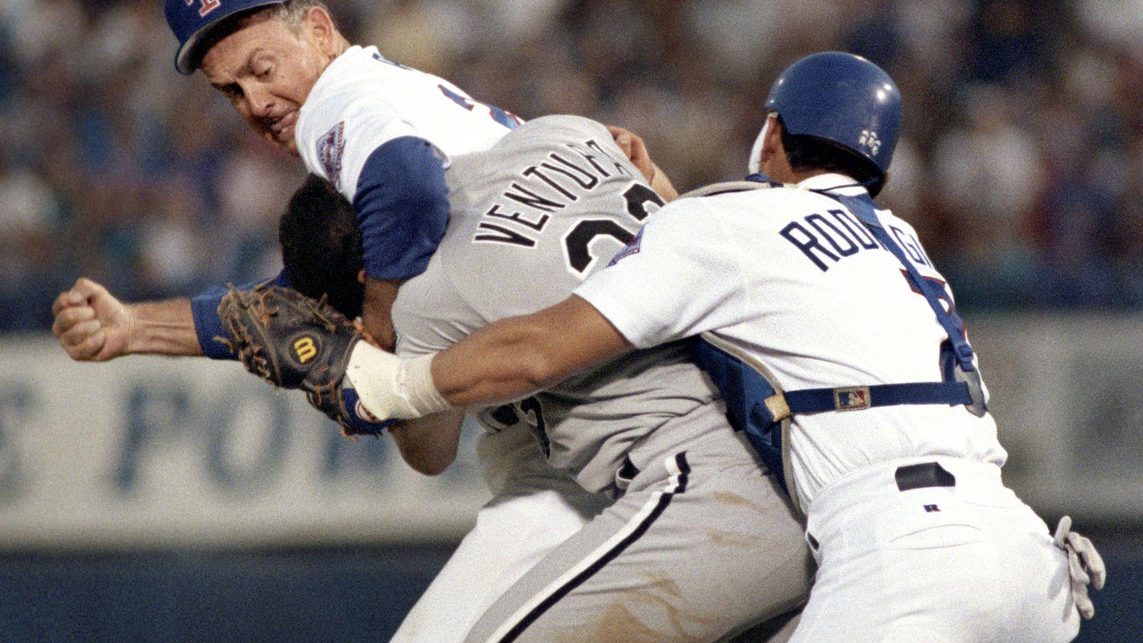 El pitcher de los Texas Rangers, Nolan Ryan, toma por el cuello al jugador de los Medias Blancas de Chicago, Robin Ventura, durante la bronca que protagonizaron el 4 de agosto de 1993.