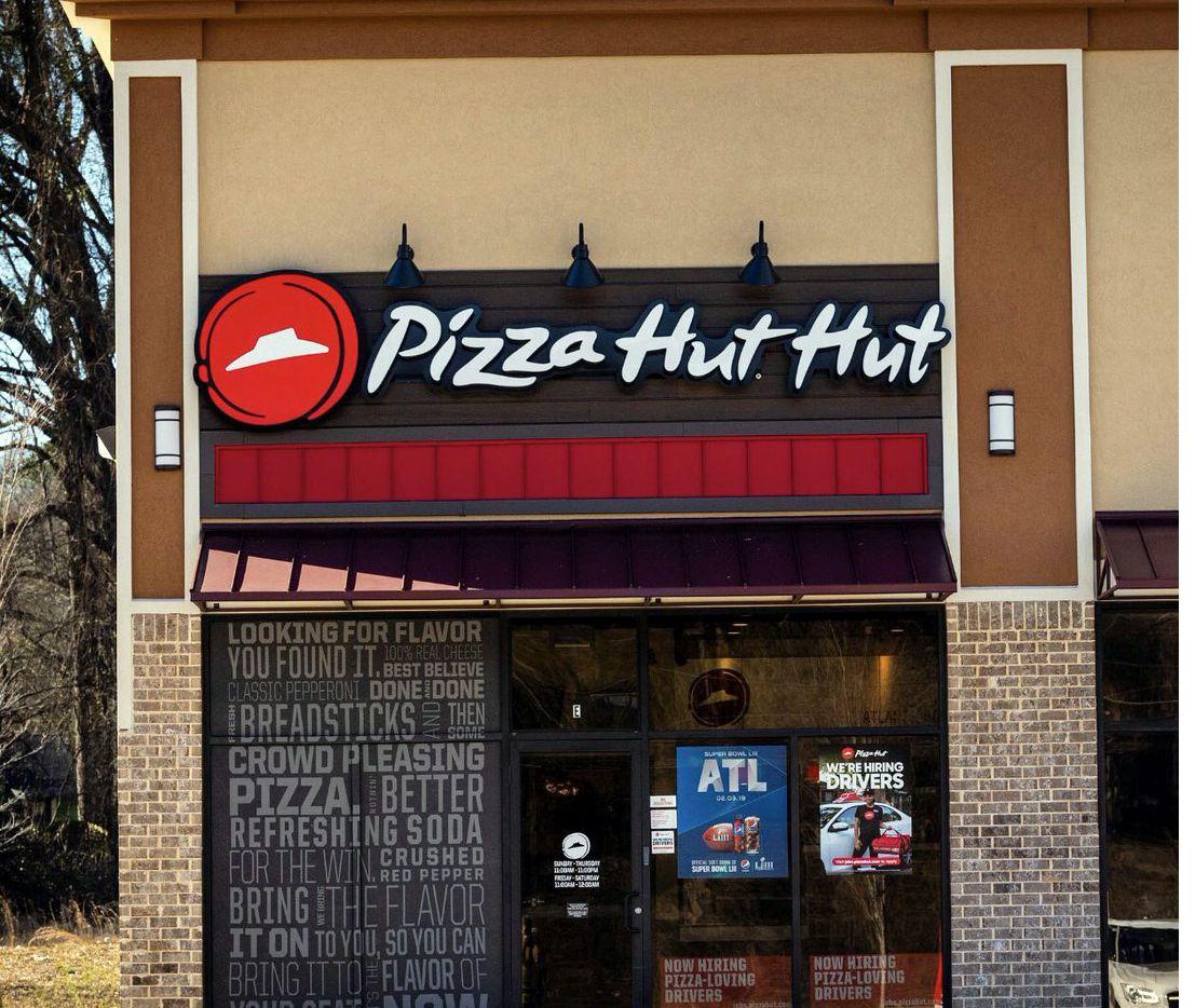 Las pizzerías en Atlanta de la cadena Pizza Hut cambiaron temporalmente su nombre a Pizza Hut Hut, en honor al Súper Tazón./ AGENCIA REFORMA