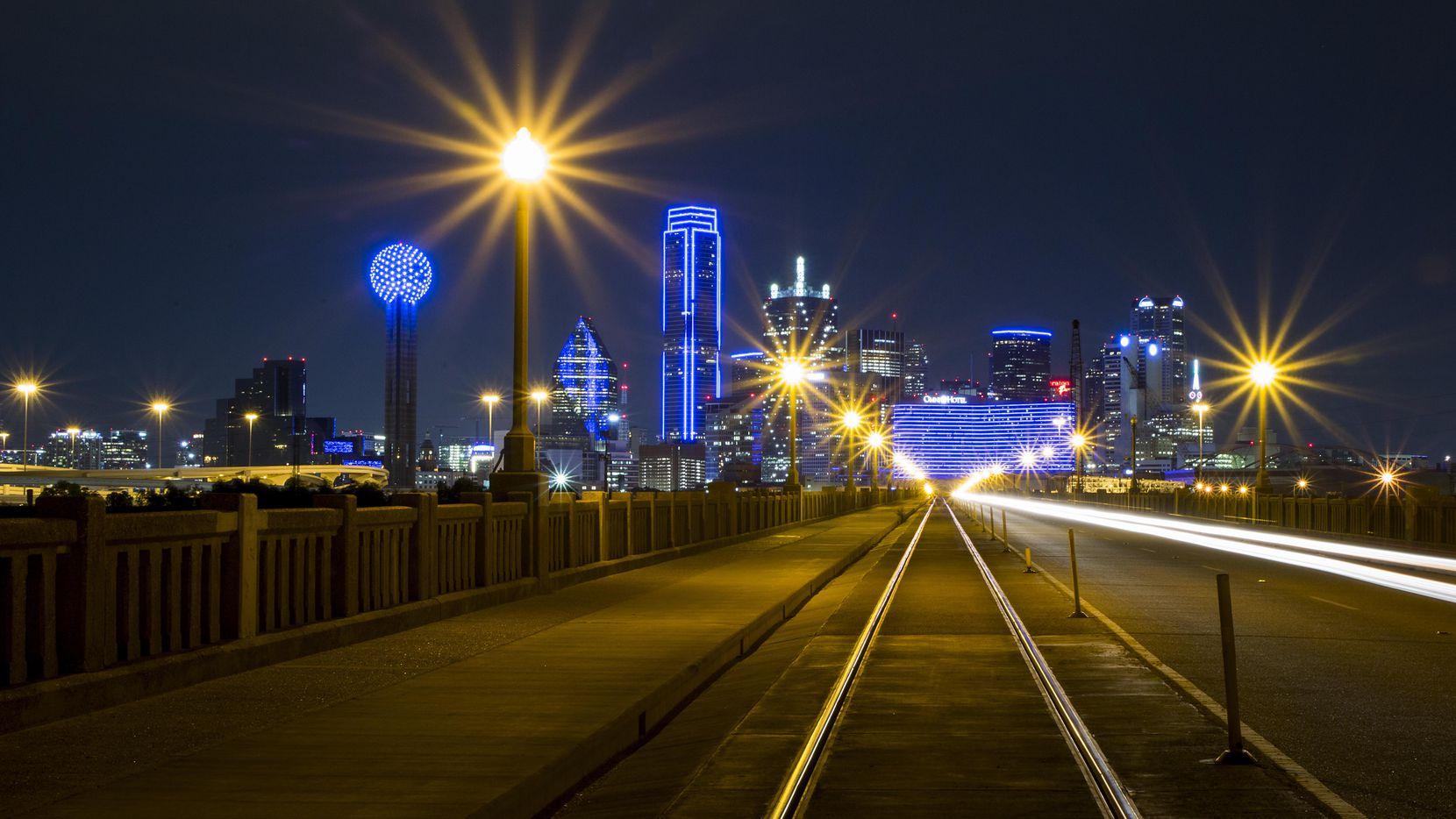 El centro de Dallas se ilumina como parte de la Semana Nacional de la Policía en mayo de 2020. El año pasado, el DPD resolvió un 78% de los homicidios.