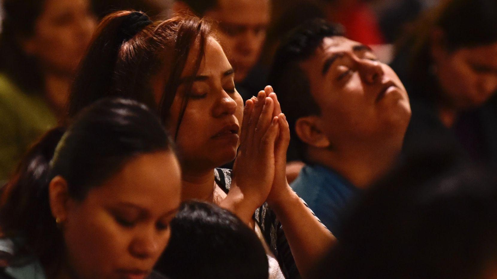 Alrededor de 100 personas llegaron a la Catedral Santuario de Guadalupe para una misa en solidaridad con los migrantes. BEN TORRES/AL DÍA