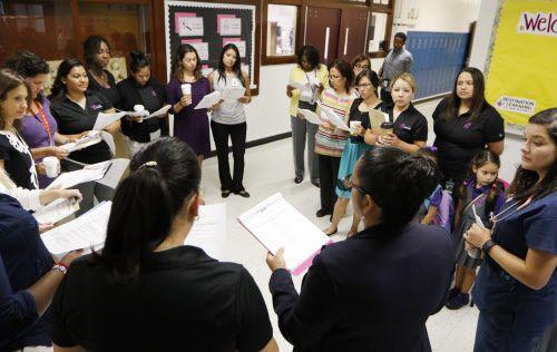 La directora de Nancy Bernardino se reúne con su personal en la escuela Solar Prep. DMN