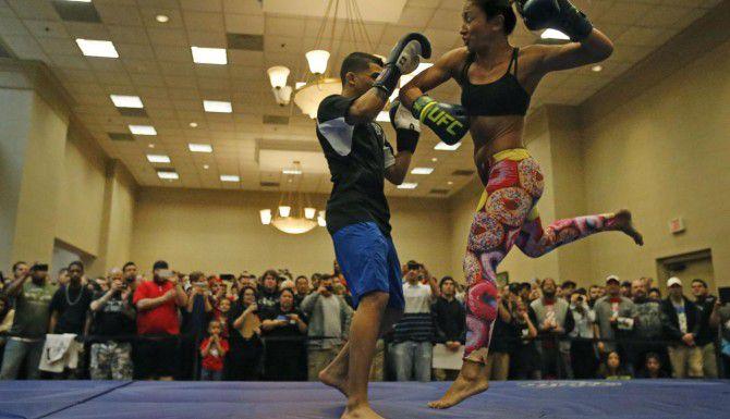 La campeona de la categoría strawweight Carla Esparza (der.) se prepara para su combate del sábado en el AAC. (Staff Photographer/LOUIS DELUCA)