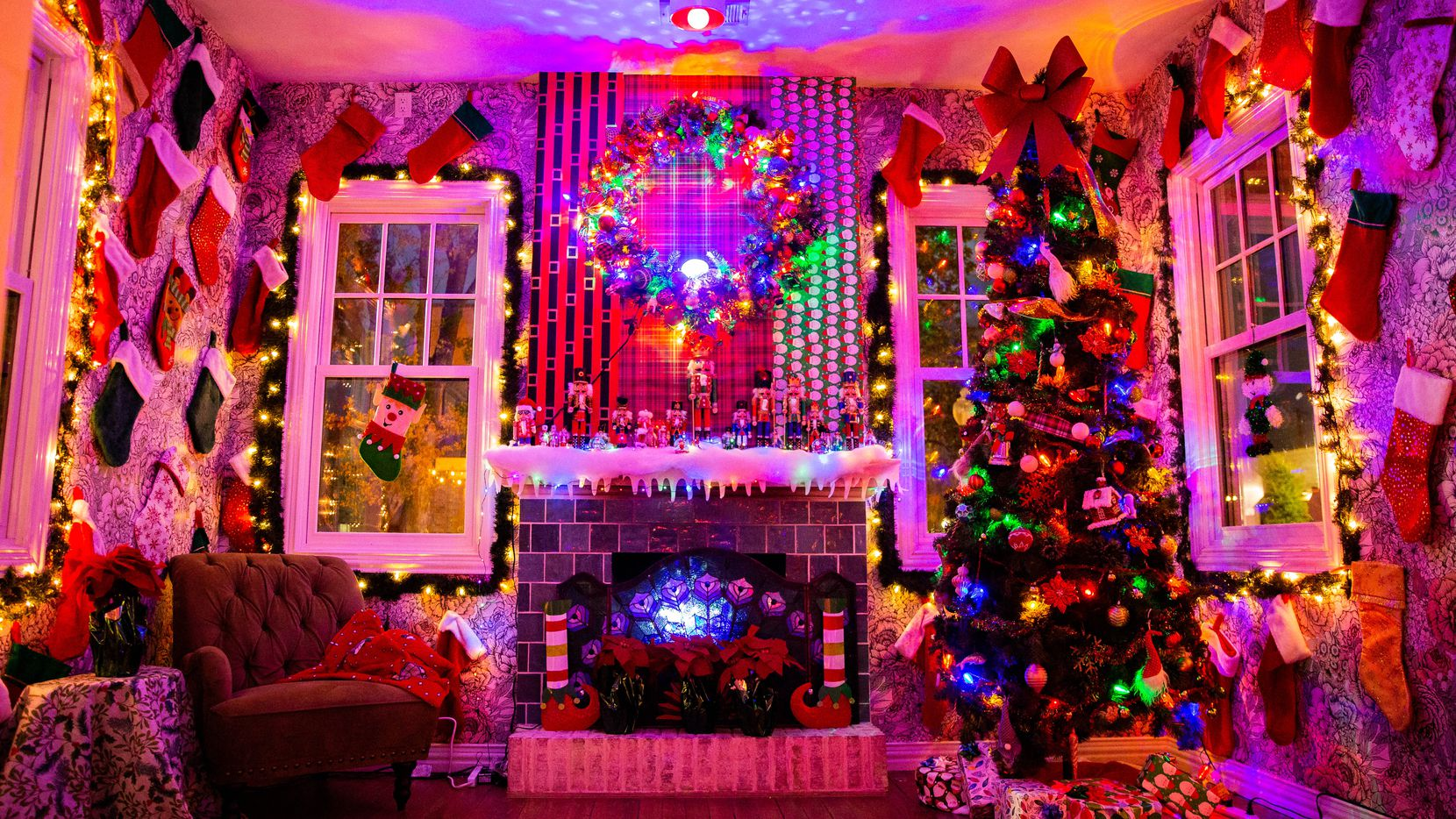Decoraciones en Tipsy Elf, un bar con estilo navideño en el Distrito de Bishop Arts en Dallas.