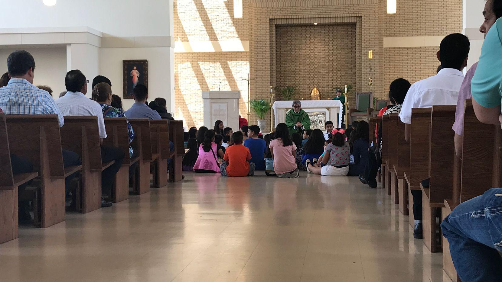 El padre Martín Moreno llamó a un grupo de niños que asistían a su misa antes de referirse al escándalo que azota a la iglesia Santa Cecilia. JAVIER GIRIBET/DMN