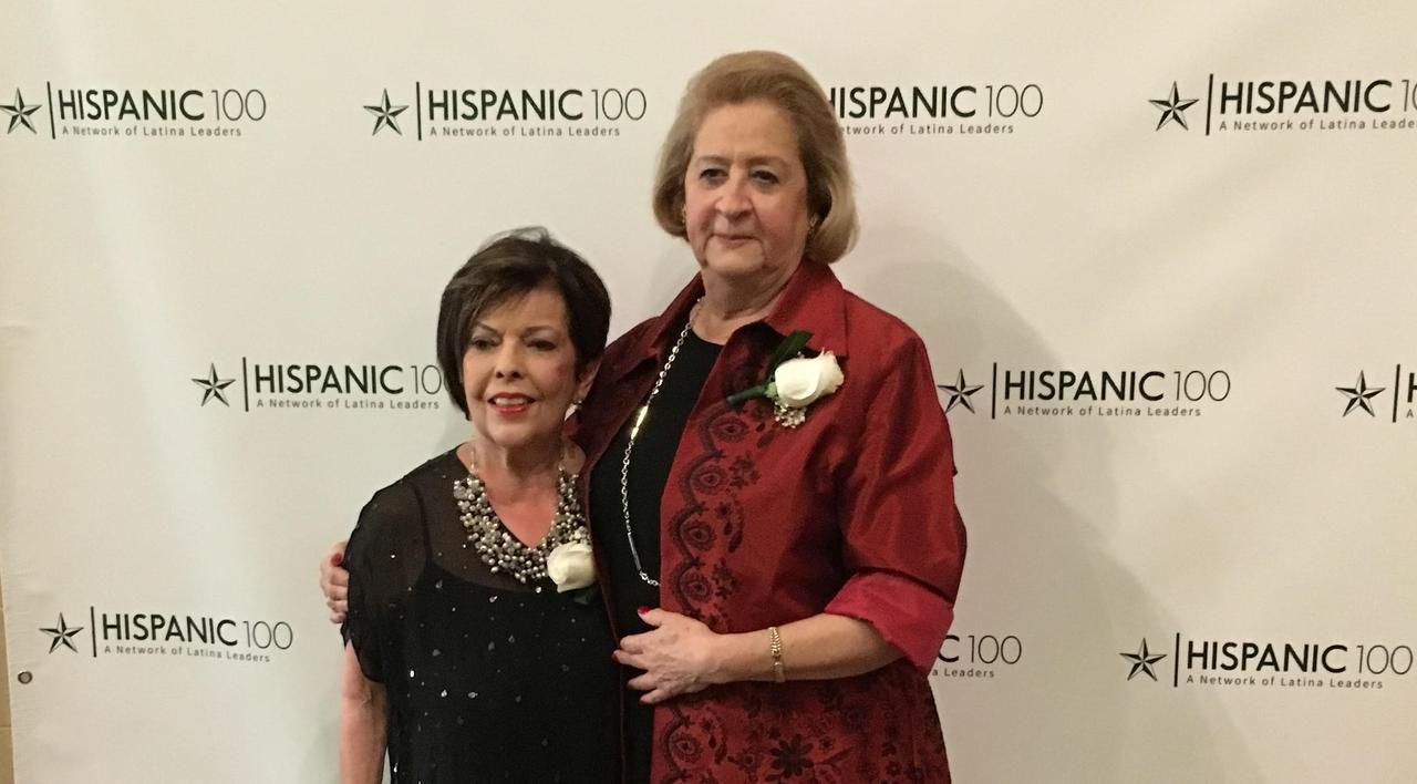 Delia Reyes y Bertha Outler dos de las fundadoras de Hispanic 100. La organizacion de latinas profesionales, que se inció en 1996 junto con Patricia Asip (fallecida), celebró su 20 aniversario el 20 de octubre.