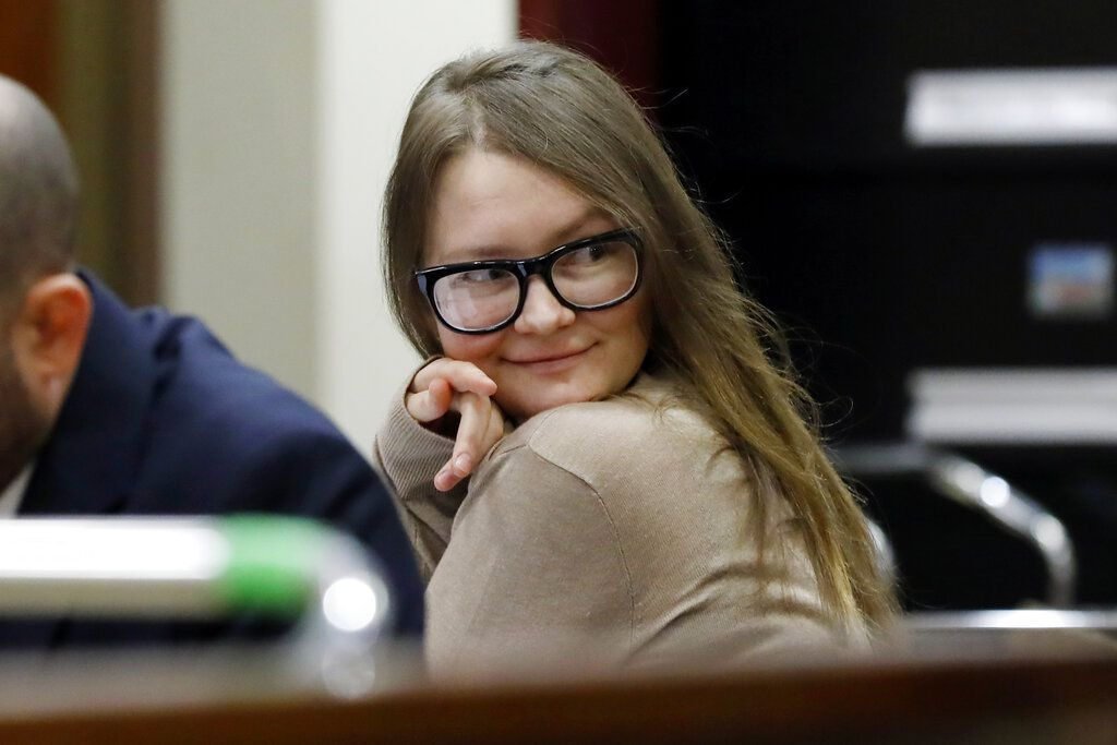 Anna Sorokin durante un juicio en la Corte Suprema de Nueva York, el miércoles 27 de marzo de 2019. (AP Foto/Richard Drew)