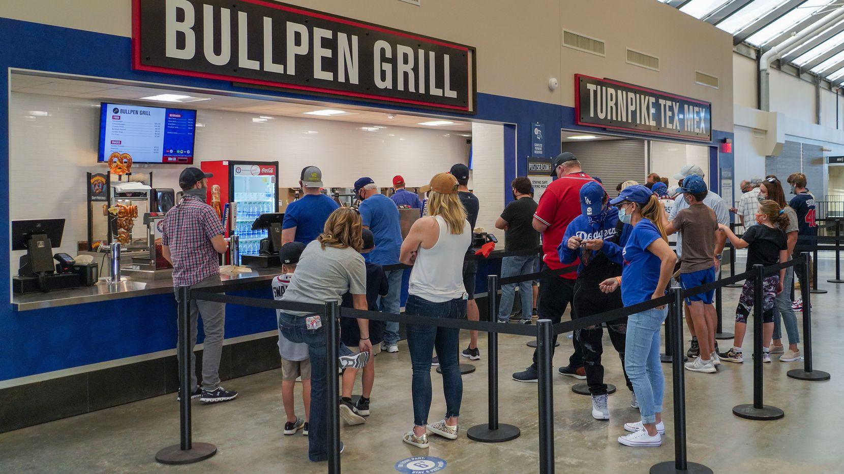 Todas las compras en los puestos de comida y tiendas de artículos dentro del Globe Life Field deberán hacerse con tarjetas de crédito o débito.