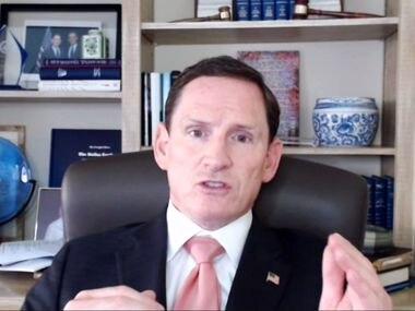 El juez del condado Clay Jenkins dio una rueda de prensa virtual el martes poco después del anuncio del gobernador Greg Abbott de eliminar el uso obligatorio de mascarillas