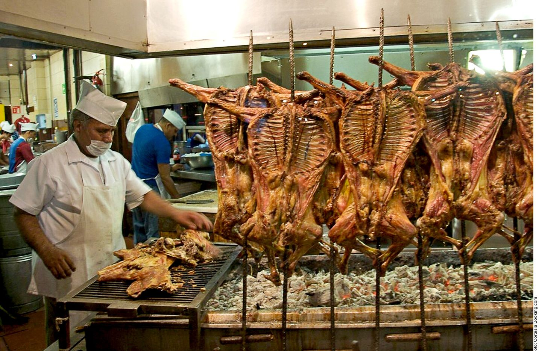 El cabrito asado es un alimento representativo del noreste mexicano. Se trata de una cría de cabra que no supera los 40 días de edad, por lo que se ha alimentado sólo de leche.