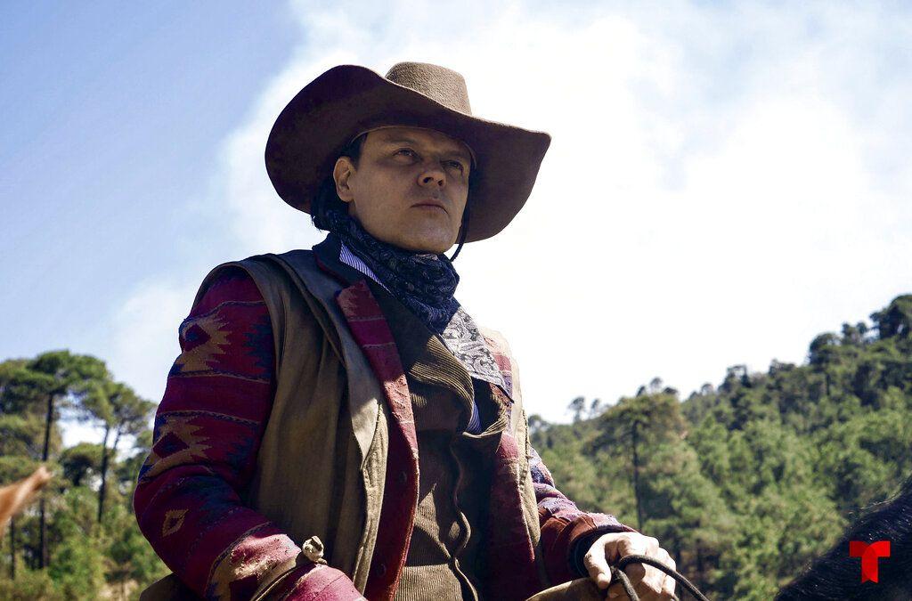 """En esta imágen proporcionada por Telemundo, Pedro Fernández en una escena de la serie """"Malverde: El Santo Patrón"""", que se estrena el 28 de septiembre. (Telemundo via AP)"""