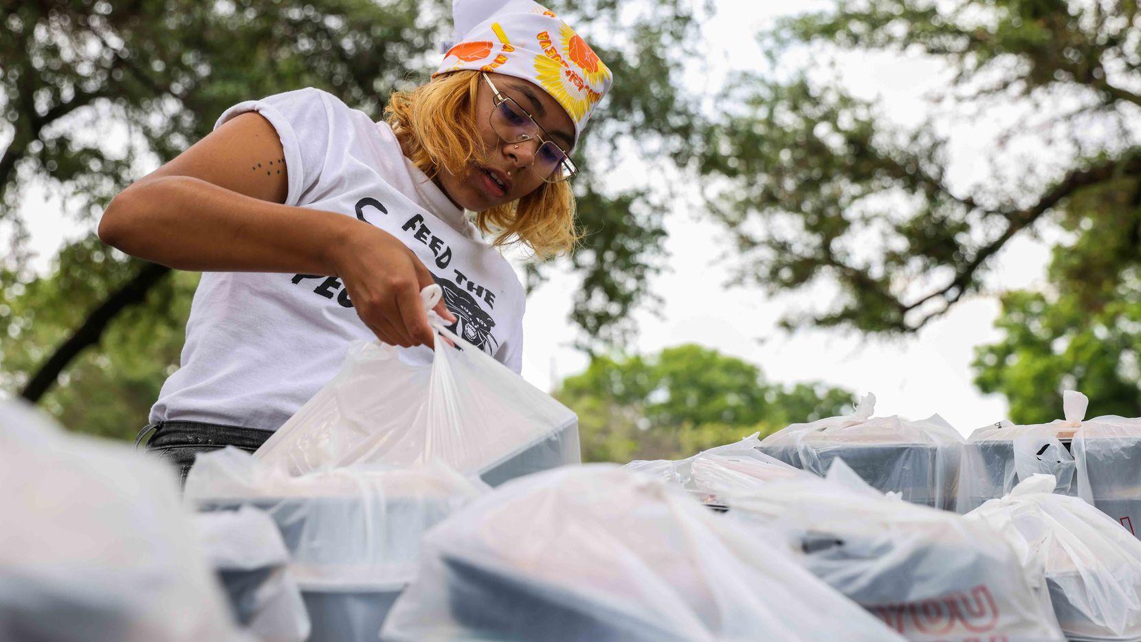Bethany Silva empaca bolsas y cajas de comida para ser entregadas por Feed the People, una de las organizaciones que tratan de combatir la inseguridad alimentaria en sectores de Dallas.