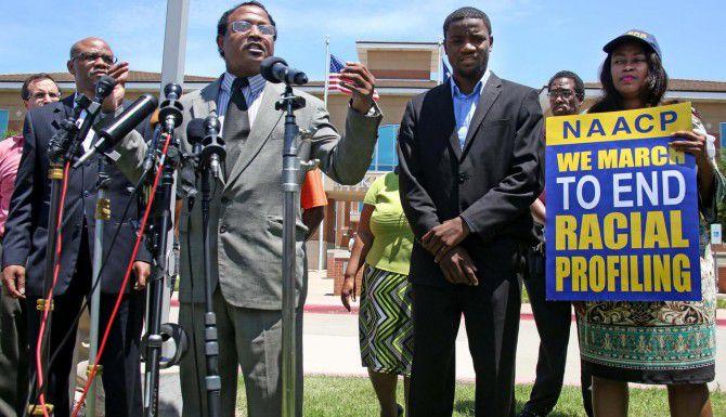 El pastor Ronald Wright (centro-izquierda) habla durante una manifestación de activistas la tarde del lunes en las afueras de la comandancia de policía de McKinney. Los activistas exigen sanciones contra un policía que utilizó la fuerza para someter a adolescentes negros afuera de una alberca privada. (DMN/LOUIS DeLUCA)