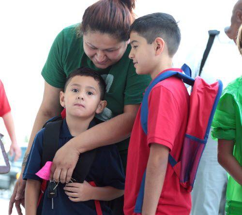 Antonia Rodríguez y sus hijos Aidan Manzanilla (izq.) y Noah Grams (der.) durante el primer día de clases en la primaria Joe May. | MARÍA OLIVAS/AL DÍA