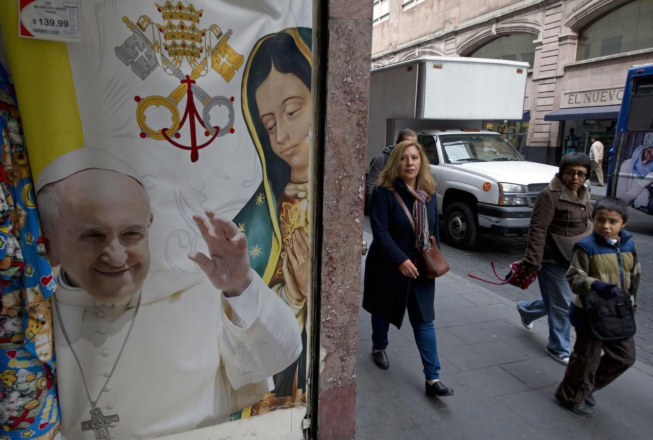Una imagen del Papa junto a la Virgen de Guadalupe en la Ciudad de México. Los mexicanos suelen definirse como guadalupanos antes que católicos. (AFP/GETTY IMAGES/YURI CORTEZ)