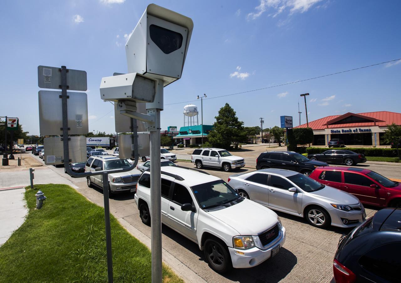 Una de las cámaras que la ciudad de Richardson instaló en la intersección de Belt Line Road y la autopista 75. (DMN/ASHLEY LANDIS)