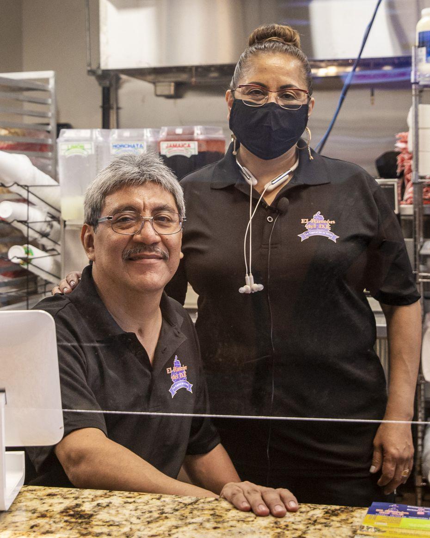 Martin Ramirez y Gloria Chamorro, dueños del restaurante El Rincón del D.F., atendieron a sus clientes desde muy temprano. Su hija, Jéssica McGregor también es parte del equipo que atiende a los comensales.