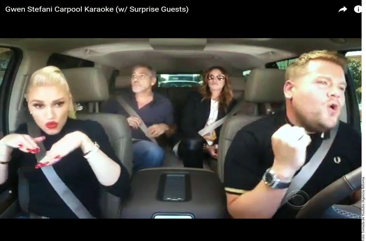 Gwen Stefani (izq. adelante), George Clooney (izq. atrás) y Julia Roberts (der. atrás) cantan a todo pulmón en el karaoke de James Corden (der. adelante)./AGENCIA REFORMA