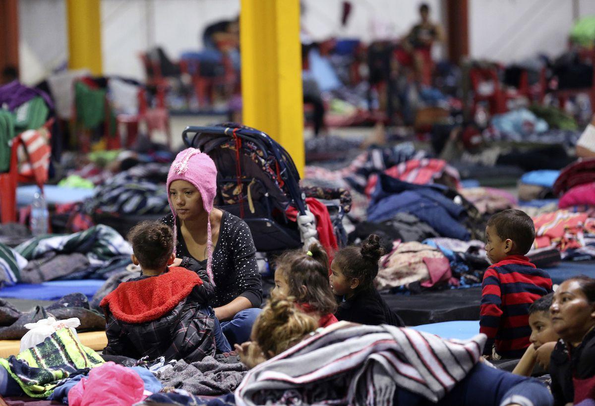 Delia Romero, de 24 años, se sienta junto a sus hijos en un albergue temporal en Piedras Negras, el lado mexicano de la frontera con Eagle Pass, en Texas. Foto de archivo de 2019 de AP.