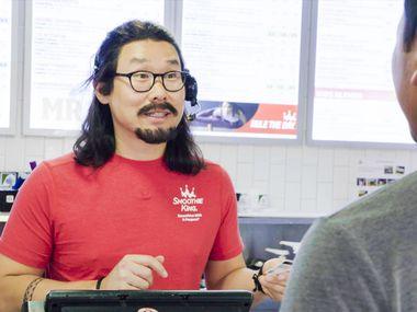 """Wan Kim, director ejecutivo de Smoothie King, vestido como empleado de la cadena en el show de CBS """"Undercover Boss""""."""