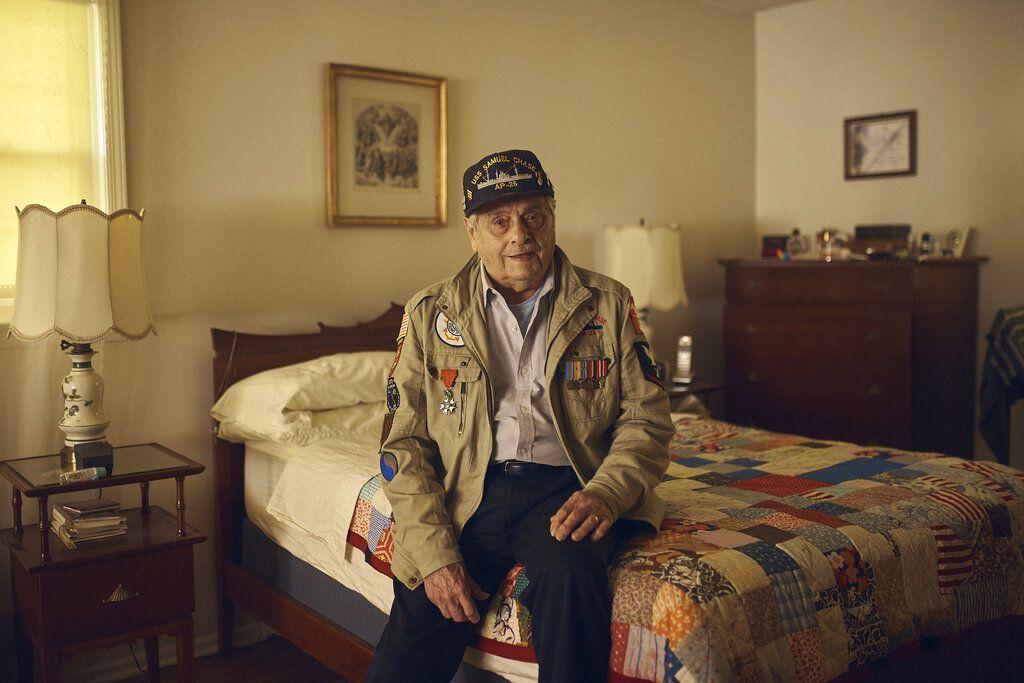 Frank DeVita, veterano de la Segunda Guerra Mundial que participó en el legendario desembarco aliado del Día D hace 75 años, posa para una foto en su casa de Bridgewater, Nueva Jersey, el 14 de mayo del 2019. DeVita planea ir a Normandía por 12da vez para participar en las conmemoraciones. (AP Photo/Andres Kudacki)